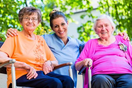 Geriatric infirmière ayant un chat avec les femmes âgées Banque d'images