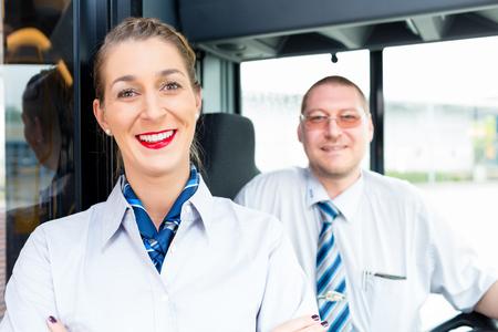 Autobús o autocar conductor y guía de turismo