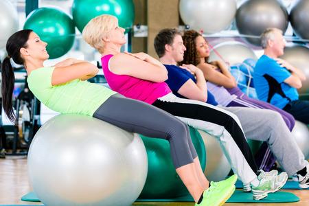 Grupo de jóvenes y mayores que ejercitan en gimnasia, grupo diversidad de personas de raza blanca y