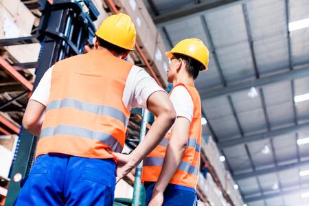 inventario: Equipo trabajador hacer un inventario en almac�n log�stico