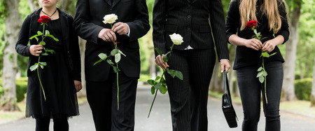 Torse de famille cimetière deuil tenant des roses rouges et blanches dans les mains