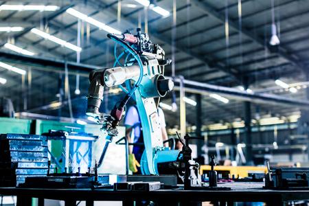 생산 공장이나 공장에서 로봇 용접
