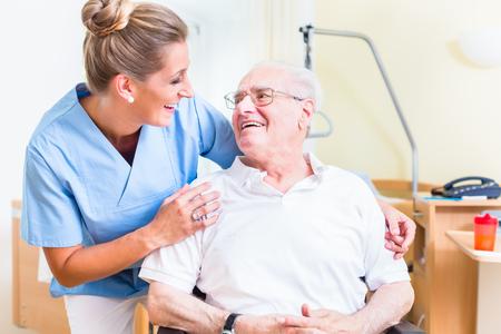 特別養護老人ホームのシニア男性と高齢者看護師