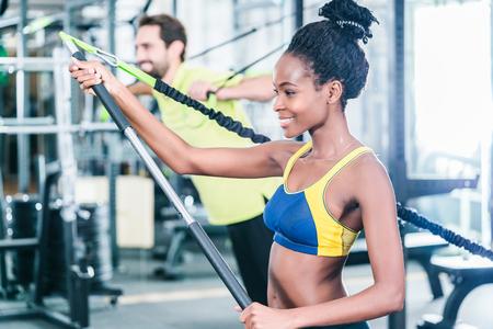 Vrouw en man in functionele training voor een betere conditie in de sport sportschool