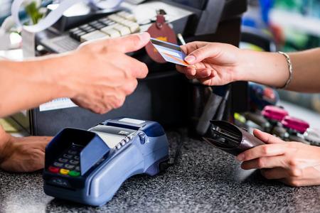 pagamento con carta di credito al terminal in negozio