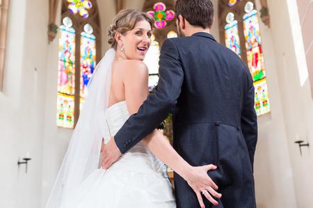 Braut packte Esel Bräutigam bei der Hochzeit in der Kirche