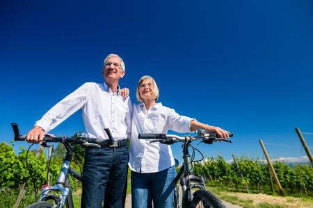 Senior couple de vue en profitant d'un voyage de vélo, femme et homme appuyé contre l'autre