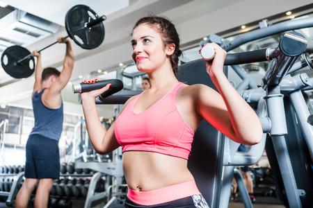 pesas: La mujer y el hombre que tiene el entrenamiento deportivo en el gimnasio de la aptitud Foto de archivo