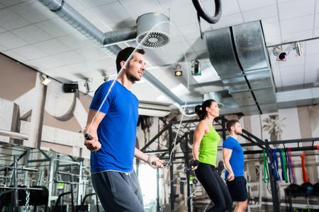 피트 니스 운동으로 기능 훈련 체육관에서 건너 뛰는 그룹 로프