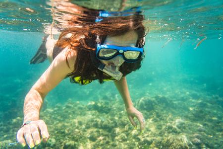 fondali marini: Donna snorkeling sopra piano di mare tropicale nella sua vacanza estiva Archivio Fotografico
