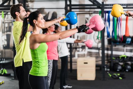 Funkční fitness cvičení v tělocvičně sportovní s kettlebell