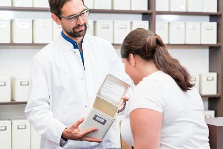 herbolaria: Compras de la mujer fármacos alternativos en herbolario