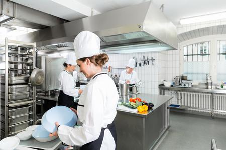 Cocina comercial con chefs cocinar Foto de archivo - 64982007