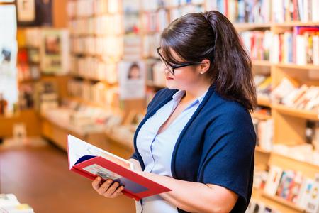 Frau Bücher in Buchhandlung zu kaufen