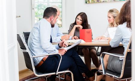 derecho: Abogados en documentos de lectura bufete de abogados y acuerdos en la mesa de conferencias grande