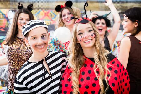 Jongen en meisje jurken als lieveheersbeestje en gevangene bij Duitse Fastnacht carnaval optocht