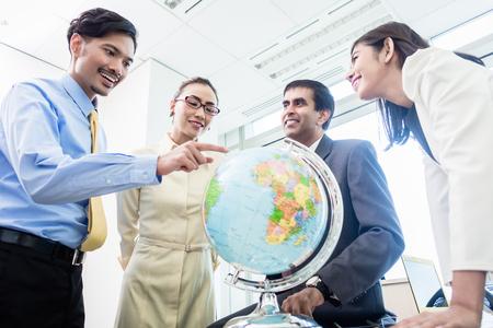 事務所のアジアのビジネスマンの話グローバル戦略と新たな市場