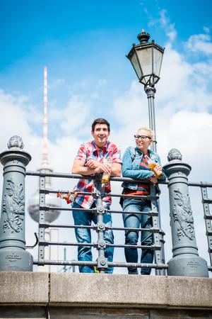 観光客、女と男、ベルリンの博物館の島の橋からの眺めを楽しんで 写真素材