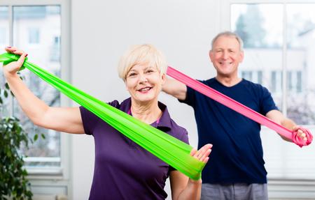 Starsi pacjenci w dziedzinie fizjoterapii z wykorzystaniem pasma mocy do treningu siłowego