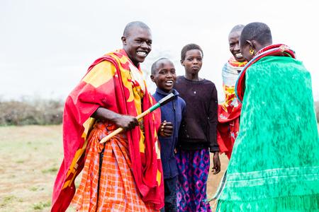 Massai Familie feiert und tanzt Standard-Bild - 87016585