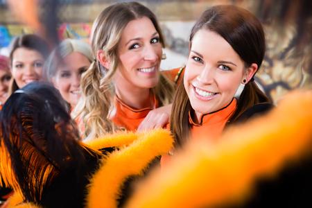 Jonge vrouwen als gekiemde rode Funken folklore dansgroep in fasching carnaval Stockfoto