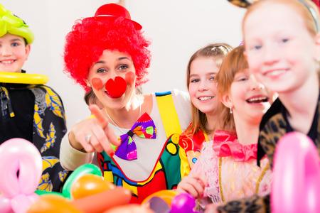 아이들 생일 파티에서의 광대 어린이 접대 스톡 콘텐츠
