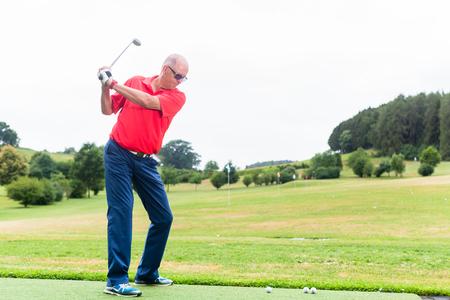 Golfspieler, der sein Schwingen auf der Golf Driving Range ausbildet