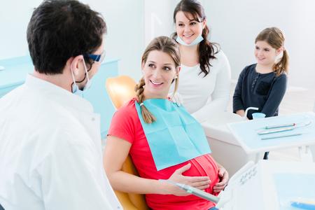 Mujer embarazada en el dentista antes del tratamiento
