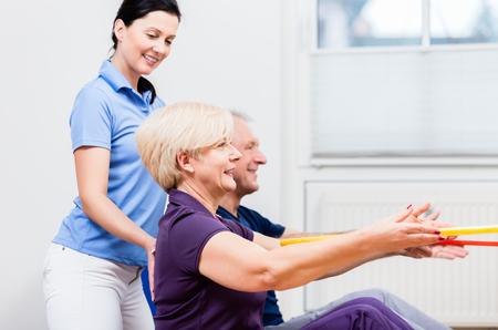 Physio instructie senior man en vrouw tijdens gymnastiek oefening