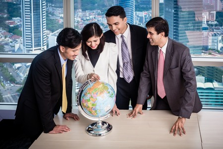 Asian businesspeople in office talk about global strategy and new markets Banque d'images