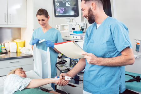 Doctor greeting patient before starting treatment in hospital Stockfoto - 103509502