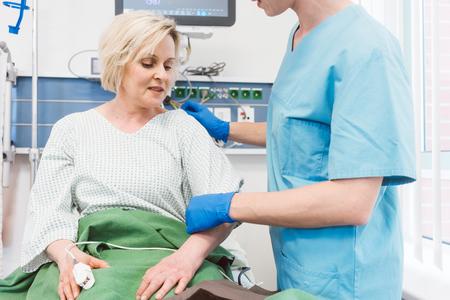 Enfermera cuidando al paciente en la sala de recuperación del hospital consolándola