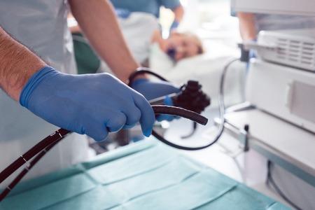 Médicos internistas durante el examen de estómago trabajando en equipo