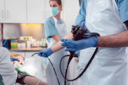 Team von Ärzten, die eine Endoskopie im Krankenhaus durchführen und den Magen des Patienten untersuchen Standard-Bild