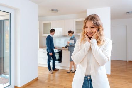 Mujer entusiasmada con el apartamento que ella y su hombre van a alquilar o comprar Foto de archivo