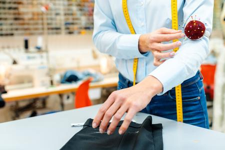 Przeróbki krawieckie pracujące na niektórych spodniach za pomocą igieł