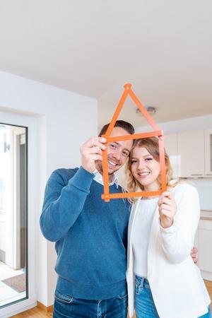 Kobieta i mężczyzna, którzy odnieśli sukces w znalezieniu nowego mieszkania, chcąc się wprowadzić