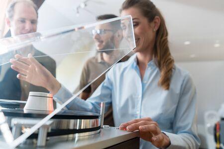 Couple choisissant un tourne-disque dans une chaîne hi-fi ou un magasin de musique
