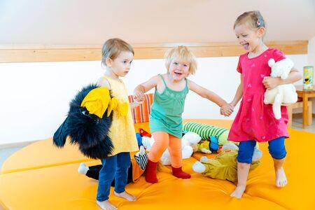 Niños jugando juntos en el jardín de infantes divirtiéndose mucho