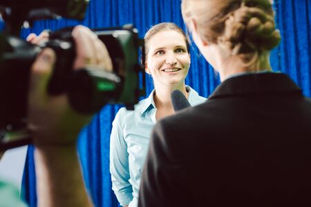 Reporter in an interview with a celebrity asking questions Banque d'images