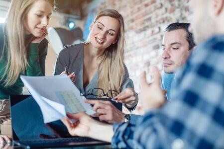 Hommes d'affaires dans une entreprise en démarrage discutant des finances lors d'une réunion