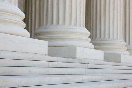 De rij van klassieke kolommen met stappen