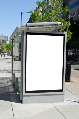 parada de autobus: Parada cartel en el centro de la ciudad americana