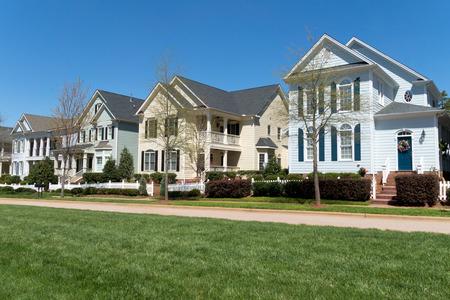 Residentiële straat in het voorjaar