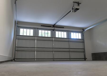 puerta: Casa residencial de dos plazas de garaje interior