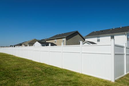 長いビニール フェンスと郊外の風景 写真素材
