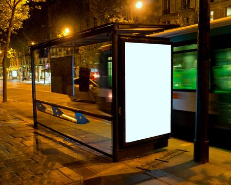 parada de autobus: Cartelera en blanco en la parada de autobús en la noche