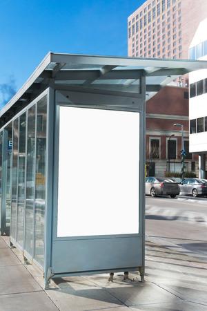 도시의 버스 대피소 빌보드 스톡 콘텐츠
