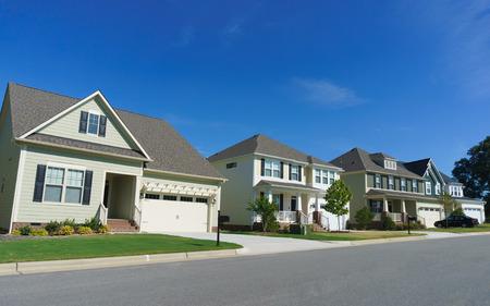 Rue résidentielle dans la banlieue