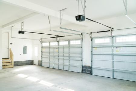 Groot garagebinnenland met drie auto's